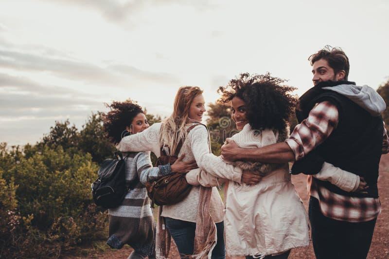 Ομάδα φίλων που σε διακοπές στοκ φωτογραφίες