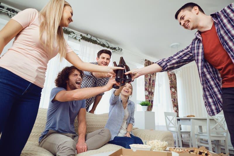 Ομάδα φίλων στο κόμμα που κατασκευάζει selfie το τηλέφωνο στο εσωτερικό στοκ εικόνα
