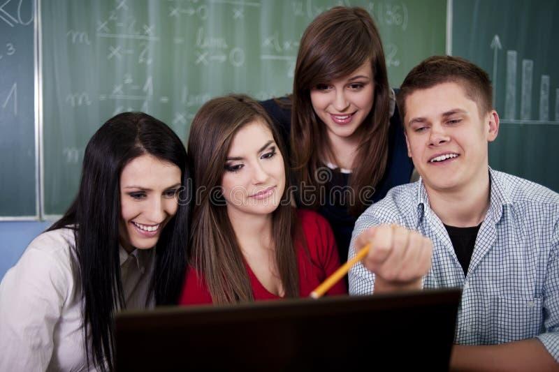 Ομάδα φοιτητών πανεπιστημίου που χρησιμοποιούν το lap-top στοκ φωτογραφία με δικαίωμα ελεύθερης χρήσης