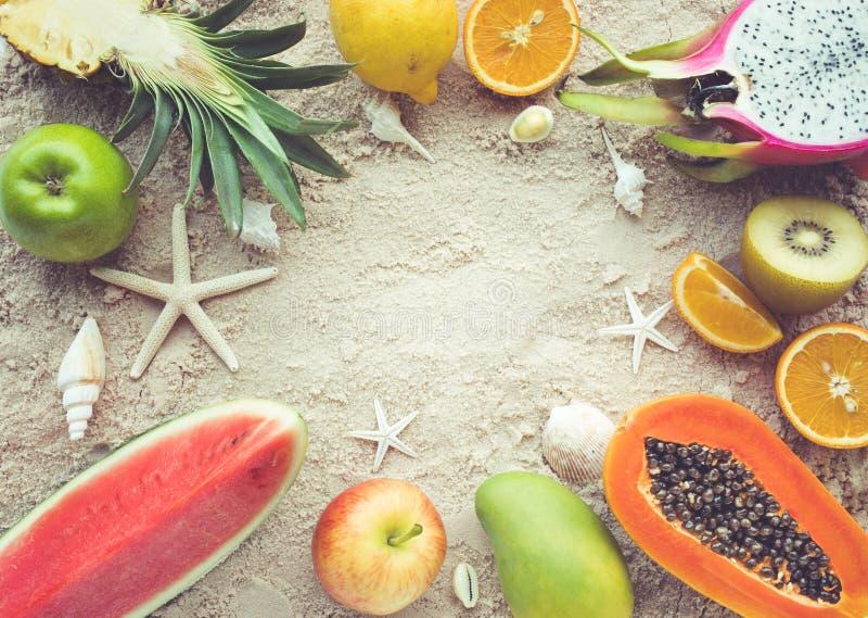 Ομάδα φρούτων στο υπόβαθρο άμμου με τα κοχύλια στοκ εικόνες με δικαίωμα ελεύθερης χρήσης