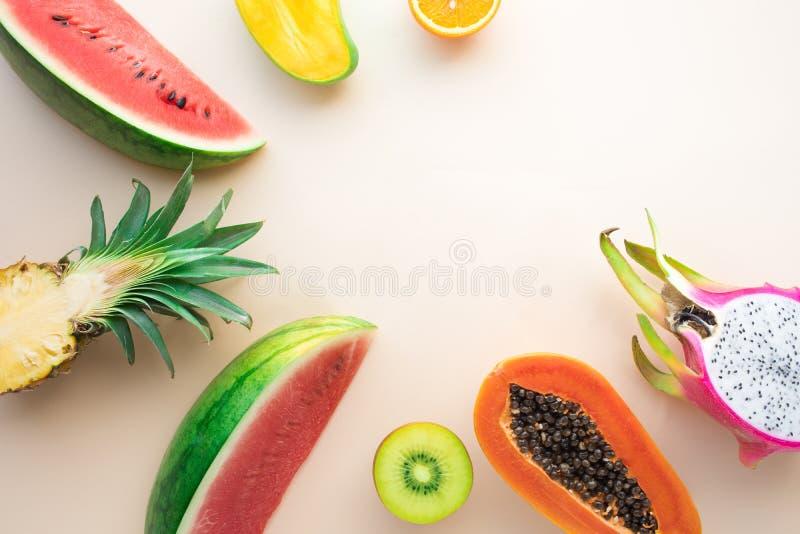 Ομάδα φρούτων στο υπόβαθρο κρητιδογραφιών στοκ εικόνες