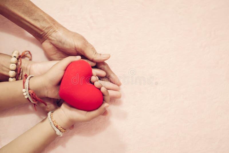 Ομάδα χεριών που κρατά την κόκκινη καρδιά για την αγάπη β-ημέρας για την έννοια βαλεντίνων στοκ φωτογραφίες με δικαίωμα ελεύθερης χρήσης