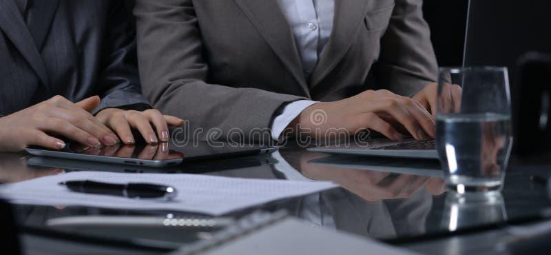 Ομάδα businesspeople ή δικηγόροι στη συνεδρίαση Συγκρατημένος φωτισμός στοκ εικόνα με δικαίωμα ελεύθερης χρήσης