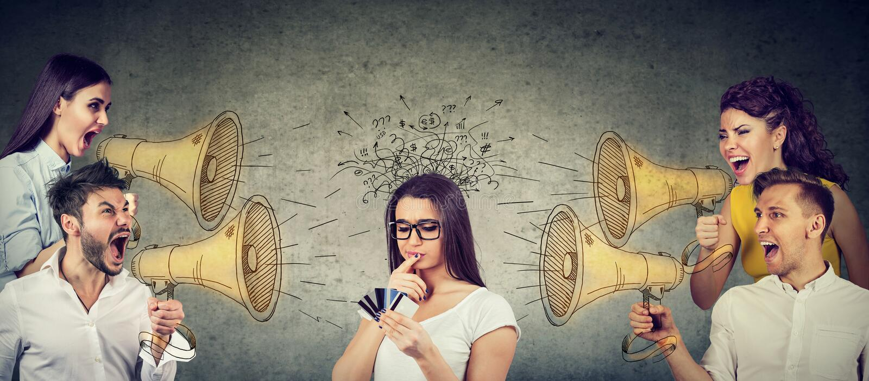 Ομάδα businesspeople που κραυγάζει megaphones σε μια ταραγμένη γυναίκα με τις πολλαπλάσιες πιστωτικές κάρτες στοκ εικόνες