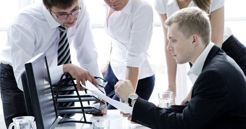 Ομάδα businesspeople στη συνεδρίαση στοκ εικόνα με δικαίωμα ελεύθερης χρήσης