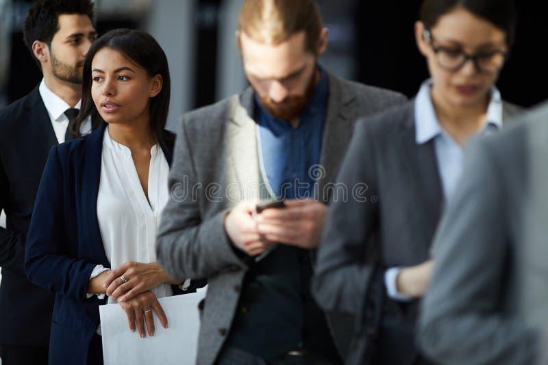 Ομάδα Multiethnic επιχειρηματιών στη γραμμή στοκ εικόνες
