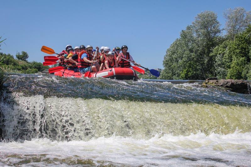 Ομάδα Rafting, αθλητισμός θερινού ακραίος νερού Ομάδα ανθρώπων σε μια rafting βάρκα, όμορφη στοκ φωτογραφία