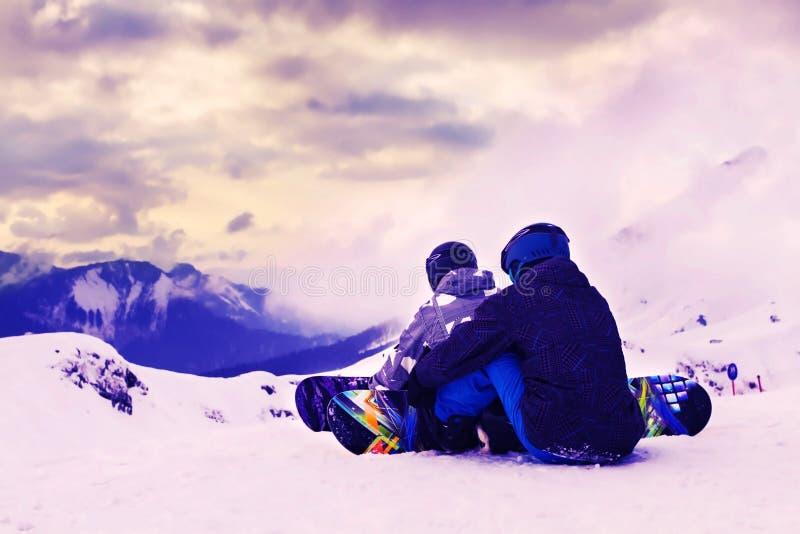 Ομάδα snowboarders πάνω από το βουνό όμορφο πορτρέτο κοριτσιών φορεμάτων έννοιας που φορά τον άσπρο χειμώνα Χειμερινός αθλητισμός στοκ φωτογραφία με δικαίωμα ελεύθερης χρήσης