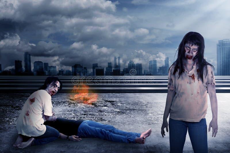 Ομάδα zombie που τρώει τη σάρκα στοκ εικόνα