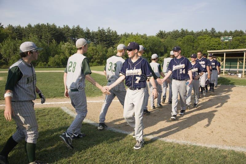 Ομάδες μπέιζμπολ που τινάζουν τα χέρια στοκ εικόνα