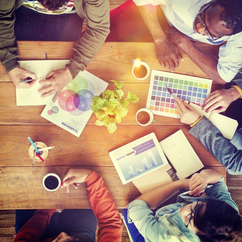 Ομάδα έννοιας 'brainstorming' σχεδιαστών Multiethnic στοκ φωτογραφίες