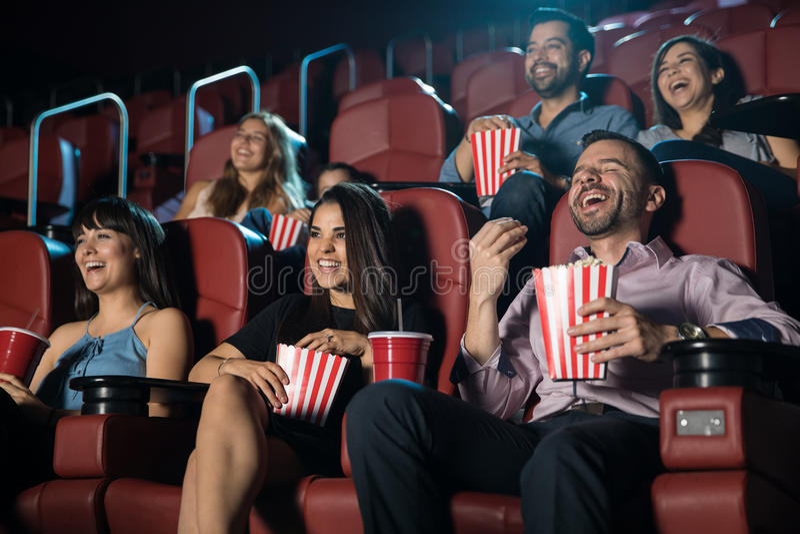 Ομάδα ανθρώπων που γελά στη κινηματογραφική αίθουσα στοκ φωτογραφία με δικαίωμα ελεύθερης χρήσης