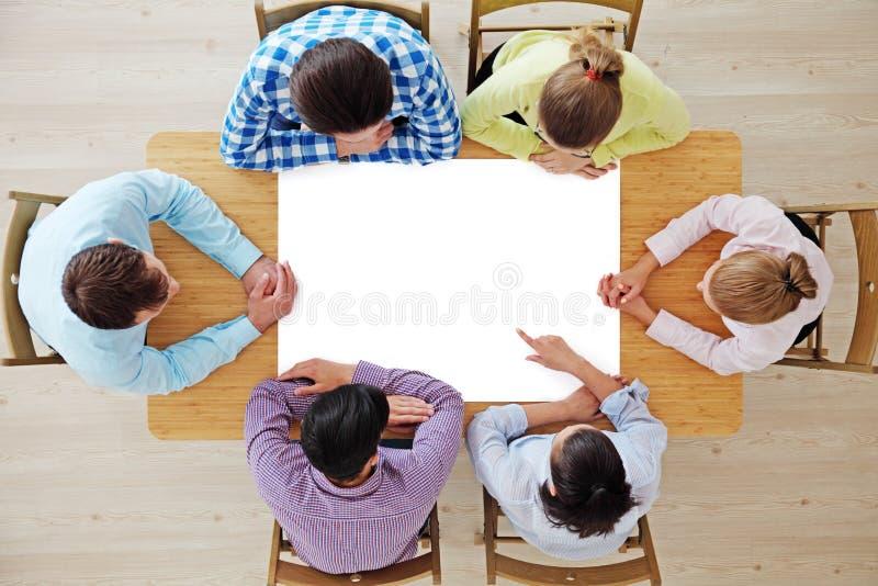 Ομάδα ανθρώπων που δείχνει τη Λευκή Βίβλο στοκ φωτογραφία με δικαίωμα ελεύθερης χρήσης