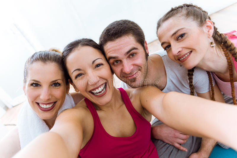 Ομάδα ανθρώπων που παίρνει ένα selfie μετά από τη σύνοδο γιόγκας στοκ φωτογραφίες
