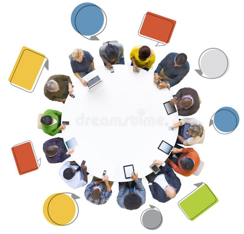 Ομάδα ανθρώπων που χρησιμοποιεί τις ψηφιακές συσκευές με τη λεκτική φυσαλίδα στοκ εικόνες