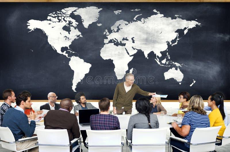 Ομάδα ανθρώπων σε έναν χάρτη συνεδρίασης και κόσμων στοκ εικόνα