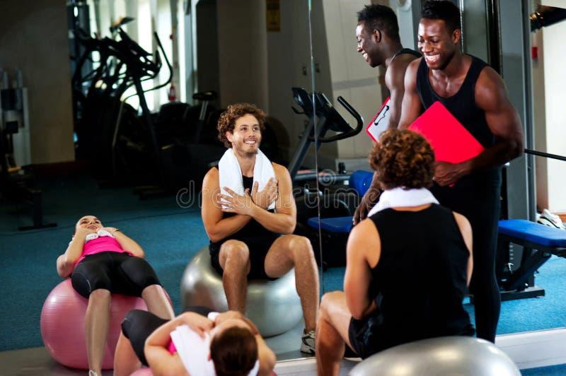 Ομάδα ανθρώπων σε μια κατηγορία pilates στοκ εικόνες