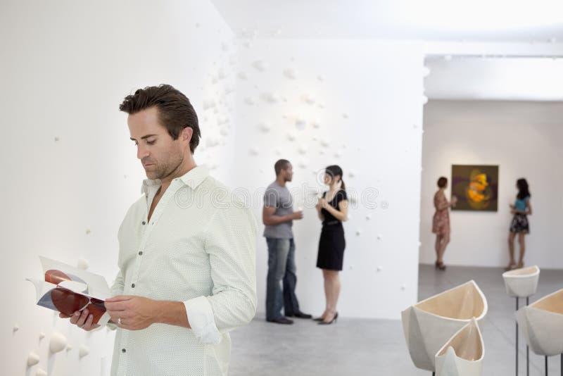 Ομάδα ανθρώπων στο γκαλερί τέχνης στοκ φωτογραφίες με δικαίωμα ελεύθερης χρήσης