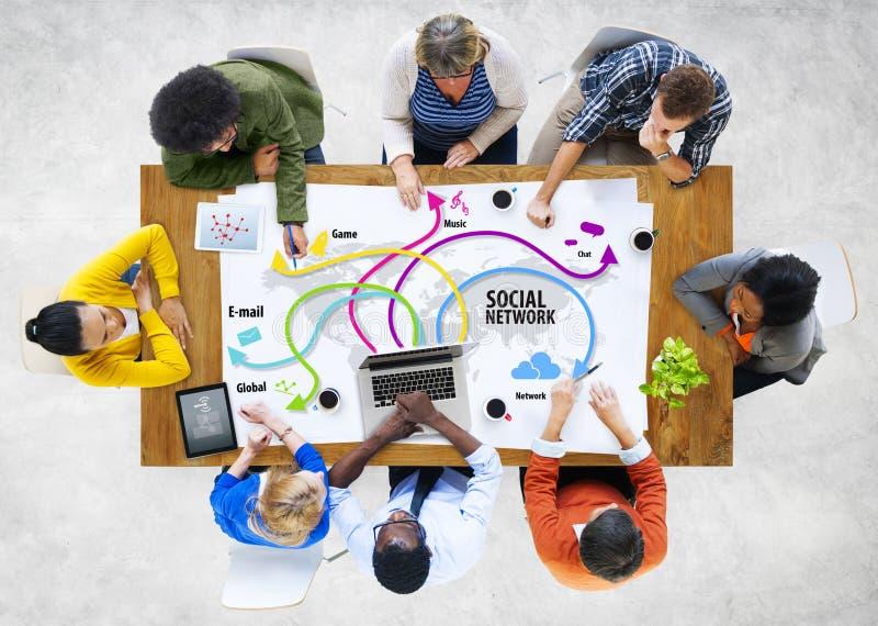 Ομάδα ανθρώπων Multiethnic που συζητούν το κοινωνικό δίκτυο στοκ φωτογραφία με δικαίωμα ελεύθερης χρήσης