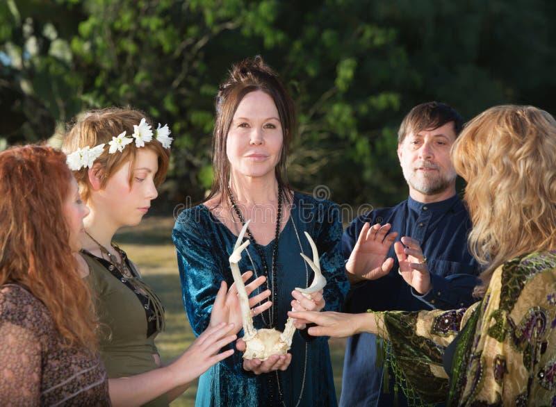Ομάδα ανθρώπων Wicca με τα ελαφόκερες στοκ εικόνα