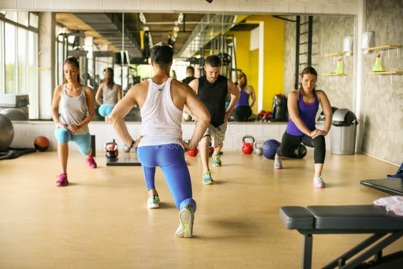 Ομάδα ανθρώπων workout στην υγιή λέσχη στοκ φωτογραφία με δικαίωμα ελεύθερης χρήσης