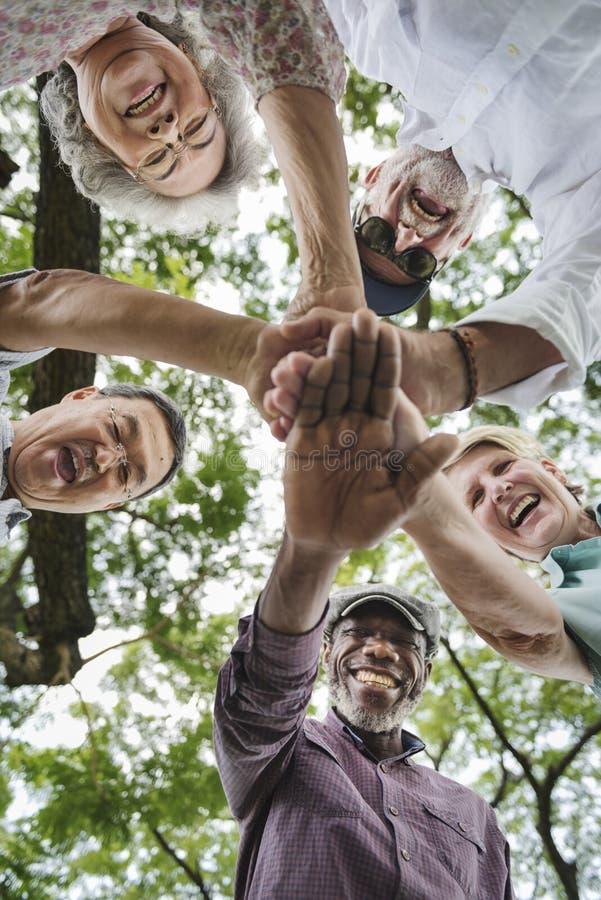 Ομάδα ανώτερης αποχώρησης που ασκεί την έννοια ενότητας στοκ εικόνα με δικαίωμα ελεύθερης χρήσης