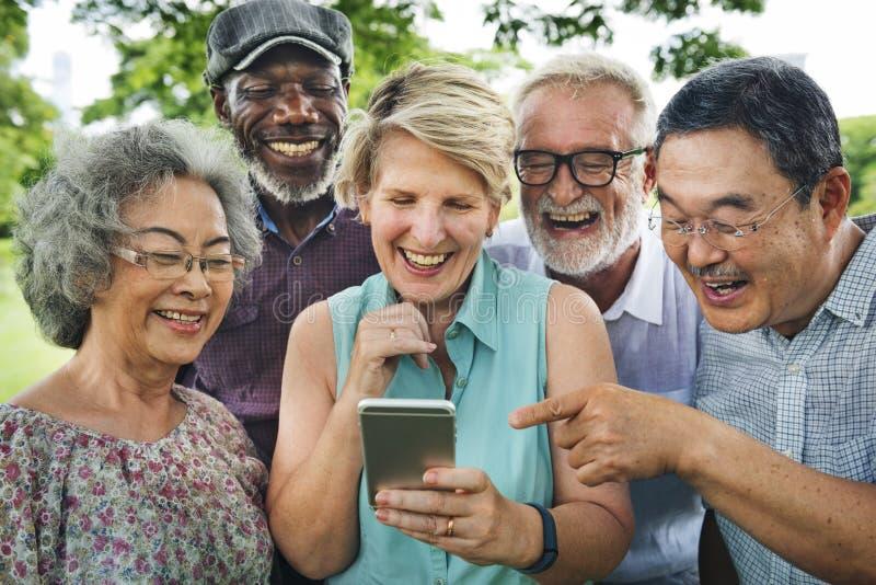Ομάδα ανώτερης αποχώρησης που χρησιμοποιεί την ψηφιακή έννοια τρόπου ζωής στοκ φωτογραφίες