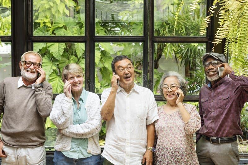 Ομάδα ανώτερης αποχώρησης που χρησιμοποιεί την ψηφιακή έννοια τρόπου ζωής στοκ φωτογραφία με δικαίωμα ελεύθερης χρήσης