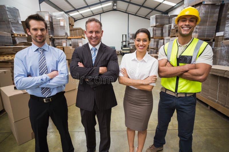 Ομάδα αποθηκών εμπορευμάτων που χαμογελά στη κάμερα στοκ φωτογραφίες με δικαίωμα ελεύθερης χρήσης