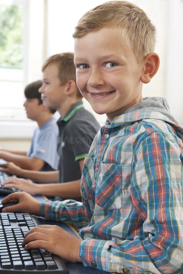 Ομάδα αρσενικών στοιχειωδών παιδιών σχολείου στην κατηγορία υπολογιστών στοκ εικόνες