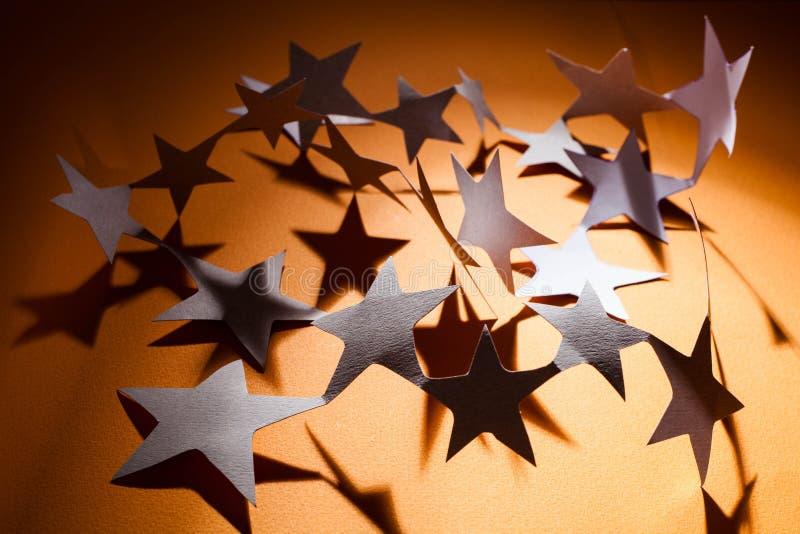 Ομάδα αστεριών εγγράφου σχετικά με ένα υπόβαθρο χρώματος στοκ φωτογραφία με δικαίωμα ελεύθερης χρήσης