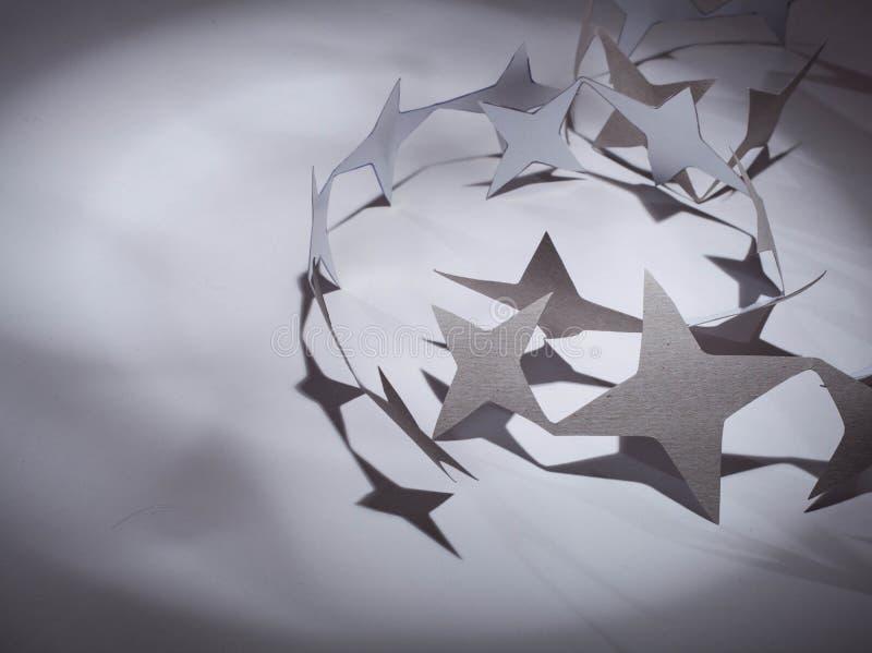 Ομάδα αστεριών εγγράφου σχετικά με ένα υπόβαθρο χρώματος στοκ εικόνες με δικαίωμα ελεύθερης χρήσης