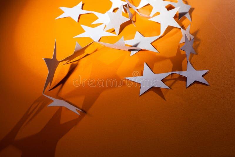 Ομάδα αστεριών εγγράφου σχετικά με ένα υπόβαθρο χρώματος στοκ εικόνα με δικαίωμα ελεύθερης χρήσης