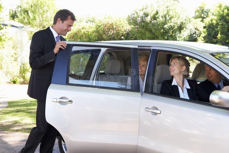 Ομάδα αυτοκινήτου επιχειρησιακών συναδέλφων που συγκεντρώνει το ταξίδι στην εργασία στοκ εικόνα με δικαίωμα ελεύθερης χρήσης