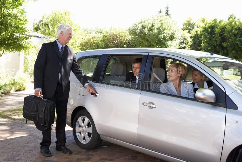 Ομάδα αυτοκινήτου επιχειρησιακών συναδέλφων που συγκεντρώνει το ταξίδι στην εργασία στοκ φωτογραφία