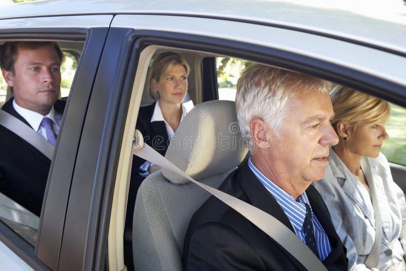 Ομάδα αυτοκινήτου επιχειρησιακών συναδέλφων που συγκεντρώνει το ταξίδι στην εργασία στοκ εικόνα