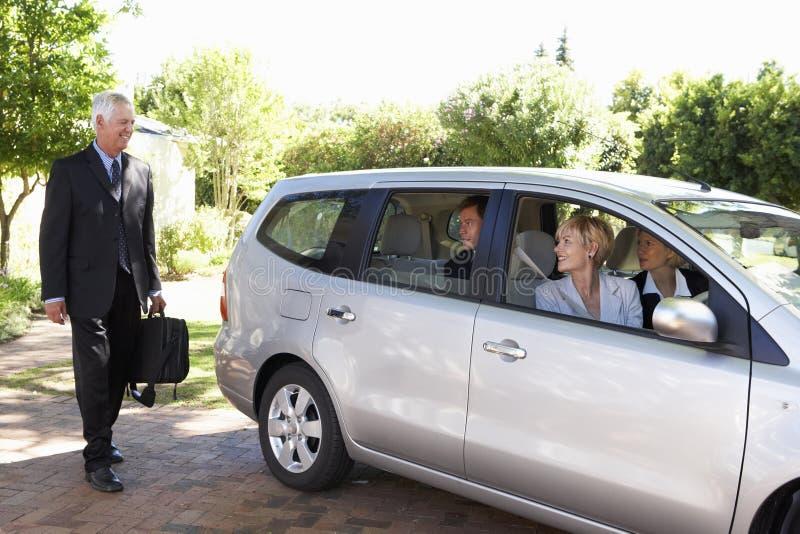 Ομάδα αυτοκινήτου επιχειρησιακών συναδέλφων που συγκεντρώνει το ταξίδι στην εργασία στοκ εικόνες