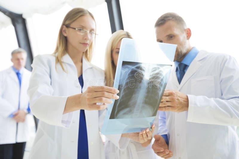 Ομάδα γιατρών με την των ακτίνων X ανίχνευση στοκ φωτογραφία