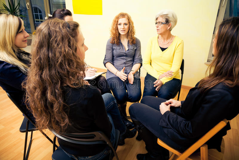Ομάδα γυναικών που κάθονται σε έναν κύκλο, συζήτηση στοκ εικόνα
