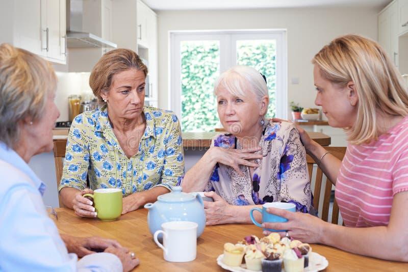 Ομάδα γυναικών που παρηγορούν το δυστυχισμένο φίλο στο σπίτι στοκ εικόνα με δικαίωμα ελεύθερης χρήσης