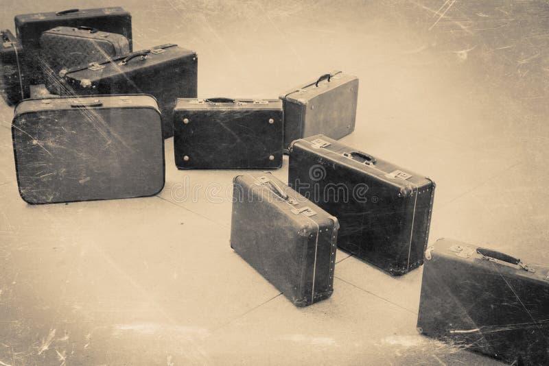 Ομάδα εκλεκτής ποιότητας βαλίτσας στο κεραμωμένο πάτωμα, αναδρομικός τυποποιημένος στοκ εικόνες με δικαίωμα ελεύθερης χρήσης
