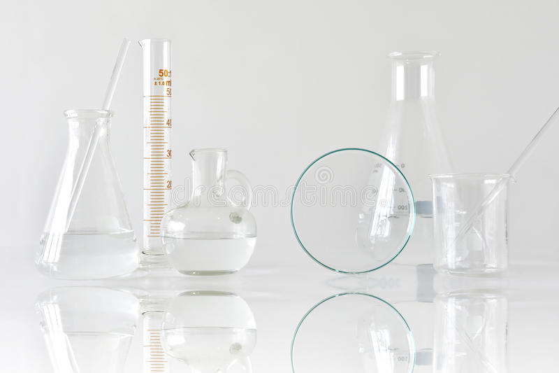 Ομάδα επιστημονικών εργαστηριακών γυαλικών με τη σαφείς υγρές λύση, την έρευνα και την ανάπτυξη στοκ εικόνα