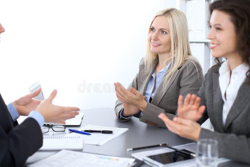 Ομάδα επιχειρηματιών που επιδοκιμάζουν στη συνάντηση στην αρχή στοκ εικόνα με δικαίωμα ελεύθερης χρήσης