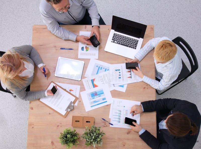 Ομάδα επιχειρηματιών που εργάζονται μαζί στο άσπρο υπόβαθρο στοκ εικόνα