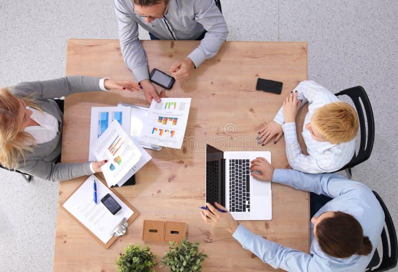 Ομάδα επιχειρηματιών που εργάζονται μαζί στο άσπρο υπόβαθρο στοκ φωτογραφίες με δικαίωμα ελεύθερης χρήσης