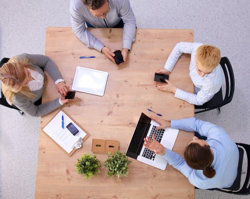 Ομάδα επιχειρηματιών που εργάζονται μαζί στο άσπρο υπόβαθρο στοκ εικόνες με δικαίωμα ελεύθερης χρήσης
