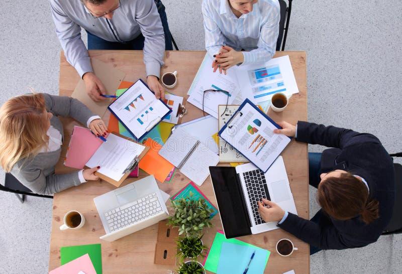 Ομάδα επιχειρηματιών που εργάζονται μαζί στο άσπρο υπόβαθρο στοκ φωτογραφία με δικαίωμα ελεύθερης χρήσης
