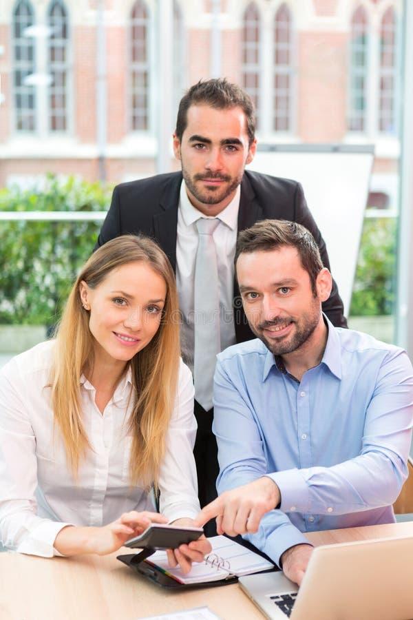Ομάδα επιχειρηματιών που εργάζονται μαζί στο γραφείο στοκ εικόνα με δικαίωμα ελεύθερης χρήσης