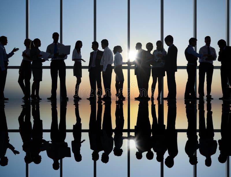 Ομάδα επιχειρηματιών που διοργανώνουν τη συζήτηση ομάδας στοκ φωτογραφία