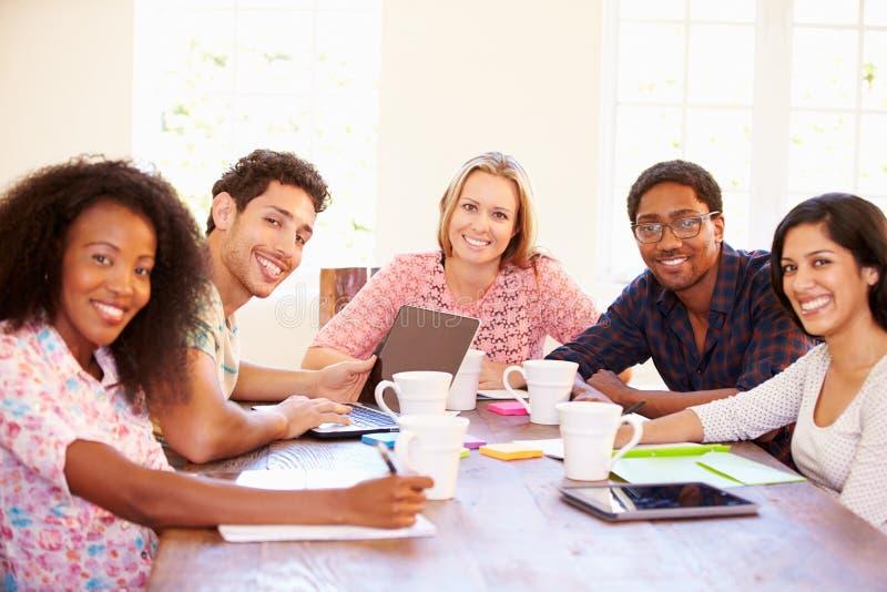 Ομάδα επιχειρηματιών που κάθονται τον πίνακα στη συνεδρίαση στοκ φωτογραφίες